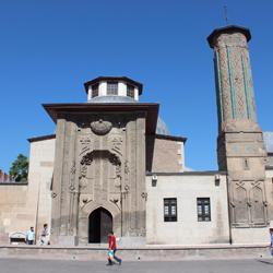 موزه مدرسه اینچه مناره یا مناره باریک (موزه آثار سنگی و چوبی)