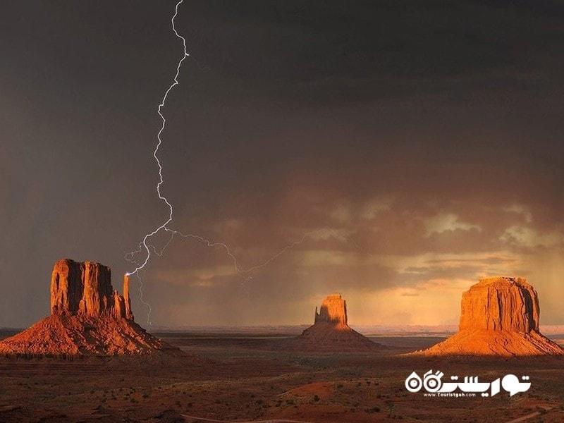 1- رعد و برقی قابل توجه در مانیومنت ولی گیرنده صاعقه (Monument Valley)
