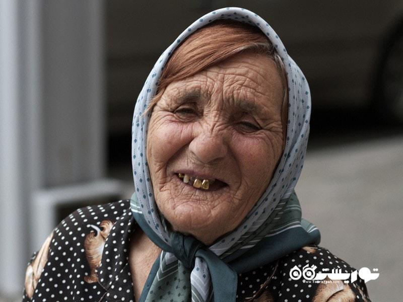 23- اکثر مردم حداقل یک دندان طلا دارند