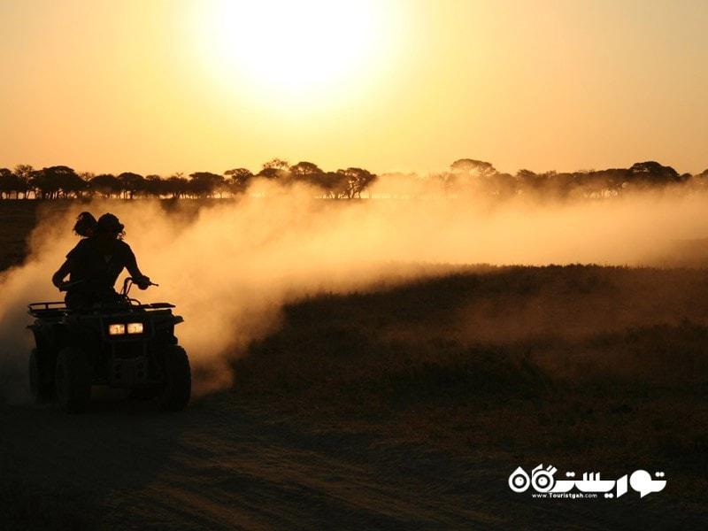 7. سفر با موتور چهارچرخ از روی نمکزارها در کشور بوتسوانا (Botswana)