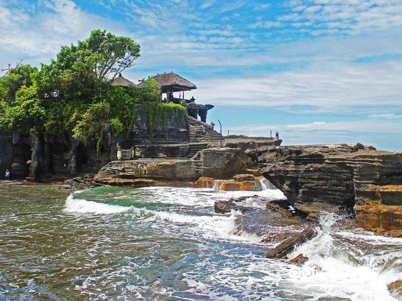 2. به تماشای معبد تاناه لوت (Tanah Lot) در بالی بروید.