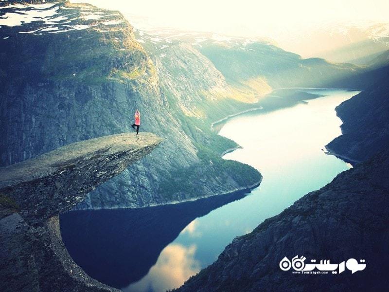 14- ژست یوگا بر روی صخره ترولتونگار (Trolltunga cliff)