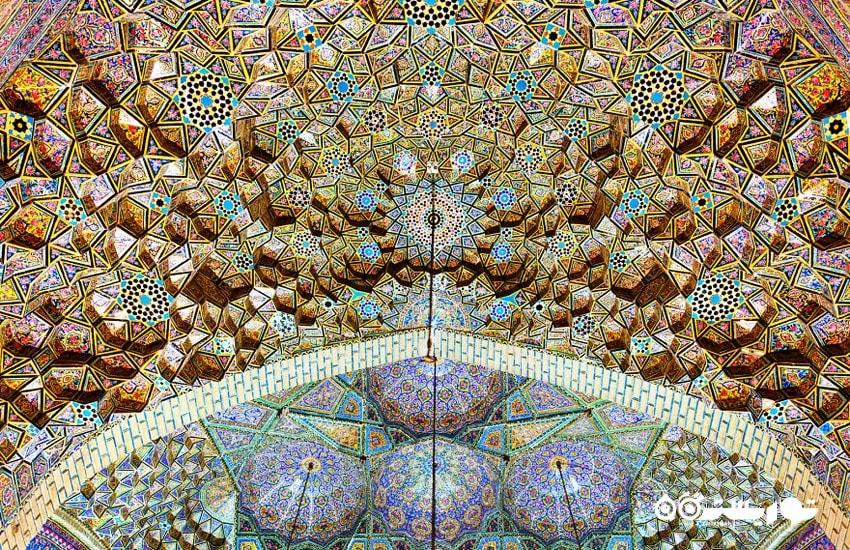 نمای خیره کننده ای از سقف طاق اصلی مسجد