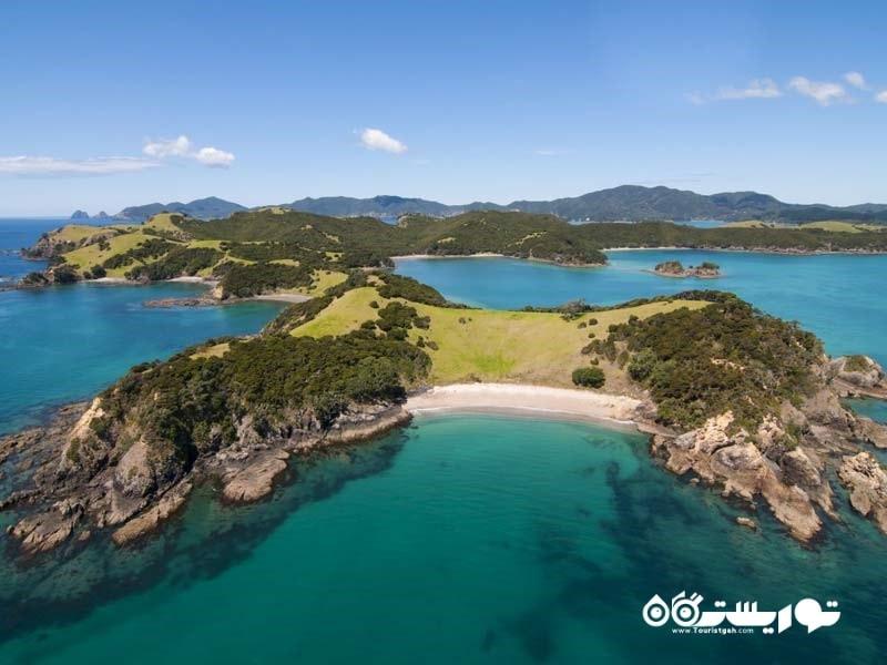 خلیج کوچک نیوزیلند دارای بیش از 140 جزیره حاره ای