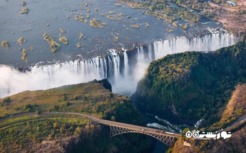 19.  با یک هواپیمای فوق سبک بر فراز آبشار ویکتوریا پرواز کنید، زیمباوه