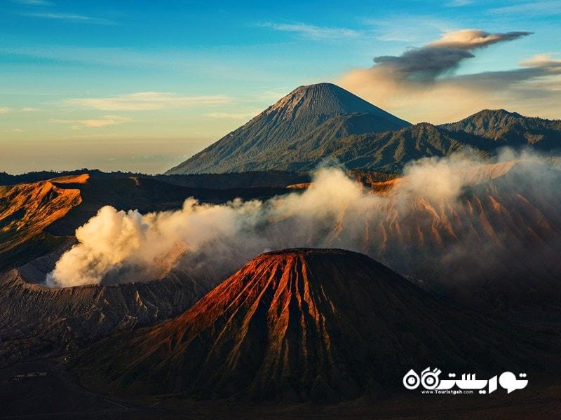 3. به بالای یک کوه آتشفشانی فعال بروید.