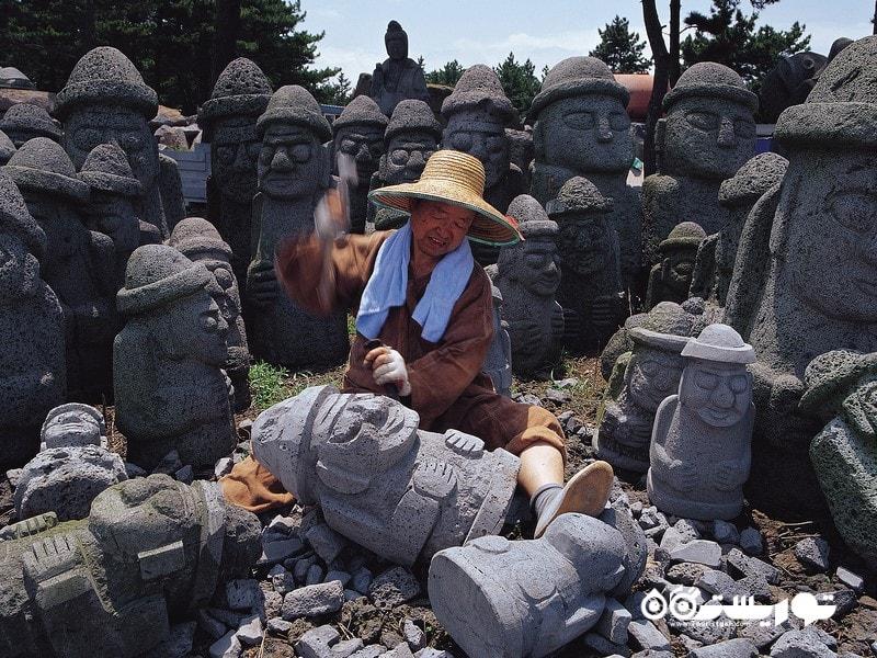 مجسمه های سنگی که در سراسر جزیره یافت می شوند